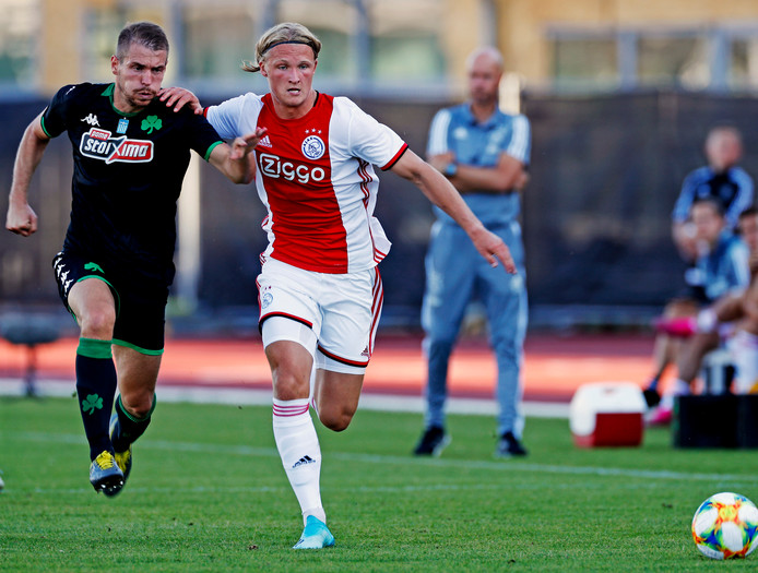 Kasper Dolberg in actie tegen Panathinaikos in het Olympisch Stadion in Amsterdam.