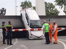 Vrouw kukelt met auto en al van Amsterdamse brug