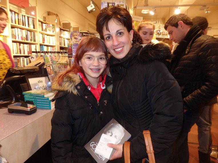 Mag Naomy (12) het 18+-boek lezen van moeder Shinta Baan? 'Het boek lees ik, en zij mag op de foto.' Beeld Schuim