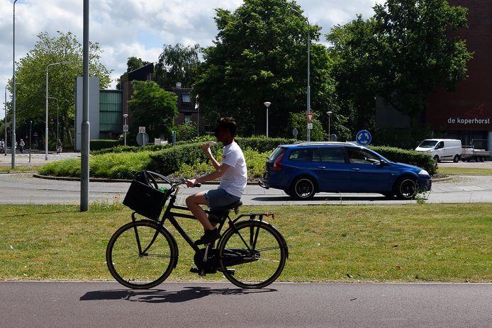 Onderweg op de fiets mét mobieltje in de hand. Niet iedereen trok zich gisteren wat aan van het nieuwe verbod.