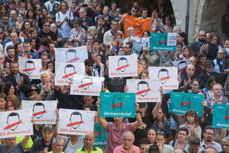 Protest in Girona tegen de gevangenname van Jordi Cuixart en Jordi Sanchez. Beeld EPA