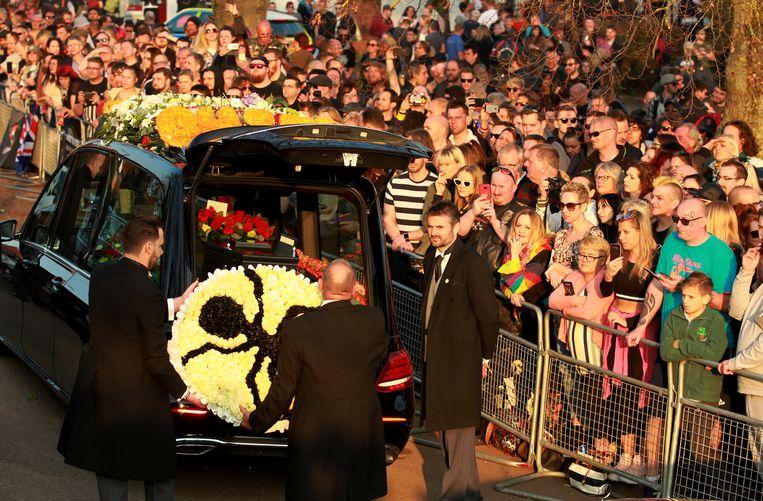 Heel wat fans kwamen naar Braintree afgezakt. Een bloemenkrans met het insectenlogo van The Prodigy wordt uit de lijkwagen gehaald.