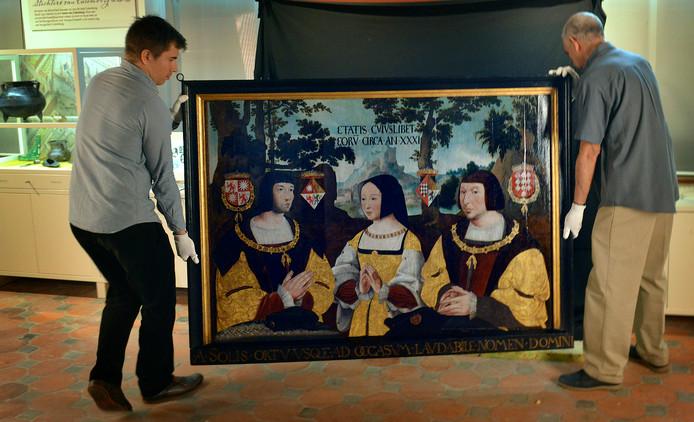 Het gerestaureerde schilderij de Memorietafel is terug in het Elisabeth Weeshuis.