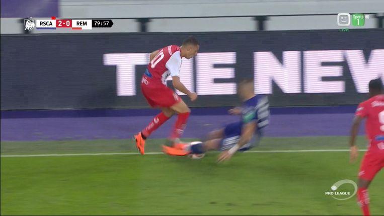 De messcherpe tackle van Vranjes in de wedstrijd tegen Moeskroen.