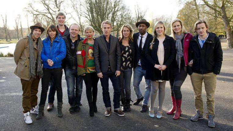 De kandidaten van Wie is de Mol? 2012 en presentator Art Rooijakkers (midden). © ANP Beeld
