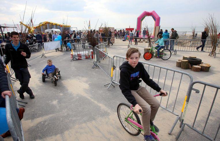 In het kinderdorp rijdt de jeugd rondjes op gocarts en gekke fietsen.