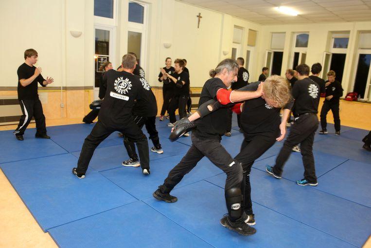 Studenten leren enkele technieken aan tijdens de training.