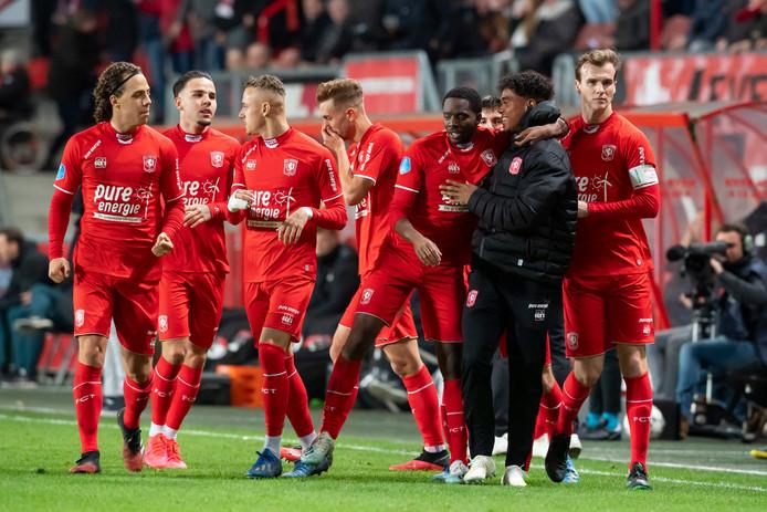 Feest bij FC Twente na de 2-0 van Queensy Menig.