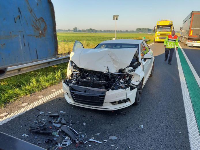 De auto liep flinke schade op.