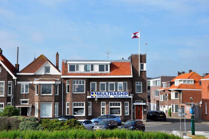 Vlag van rederij Wagenborg wappert boven voormalig hoofdkantoor Multraship aan de Scheldekade in Terneuzen.
