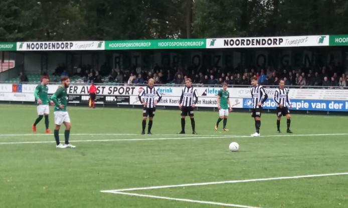 Diego van der Weide legt aan voor de 2-0 voor HSC'21 tegen Gemert.