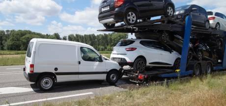 Bestelbusje knalt achterop oplegger met auto's in Oudheusden: gewonde naar ziekenhuis