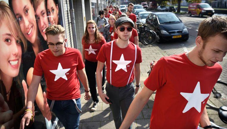 Leden van Rood, de jeugdafdeling van de SP, leren in Den Haag een weekend lang ouderwets flyeren en handtekeningen verzamelen. Beeld Marcel van den Bergh / de Volkskrant