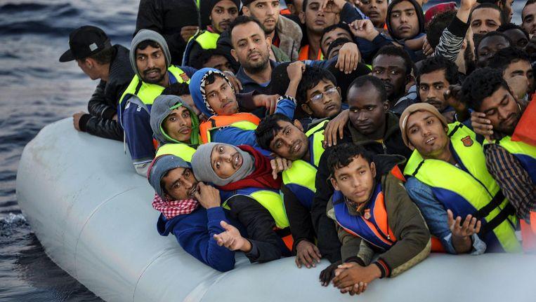 Migranten en vluchtelingen op een boot voor de Libische kust in november vorig jaar. Beeld AFP