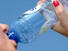 Arnhemse daklozen krijgen water van Rode Kruis