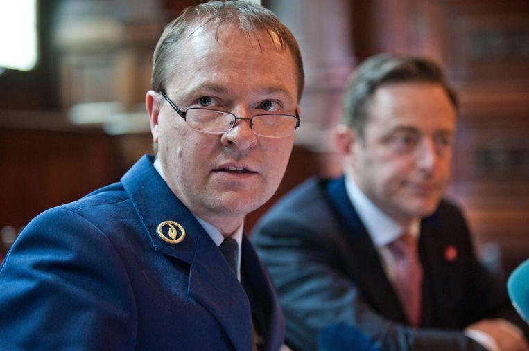 Korpschef Serge Muyters, broer van Vlaams minister Philippe Muyters, naast Antwerps burgemeester Bart De Wever (N-VA).