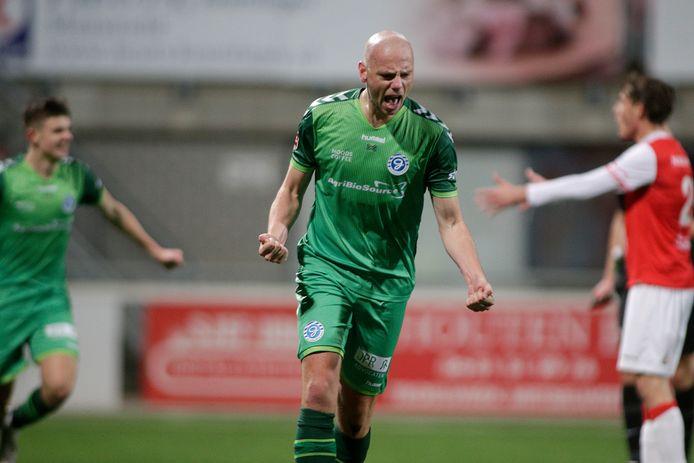 De Graafschap-middenvelder Elmo Lieftink viert zijn winnende goal tegen MVV.