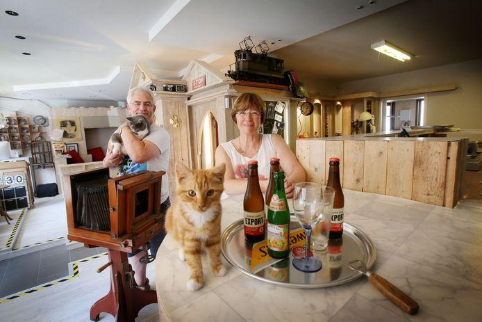Kurt Vansteenlant en Kristien Meeschaert in hun kattencafé.