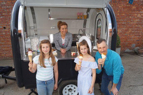 Het hele gezin geniet van de ijsjes van Krista.
