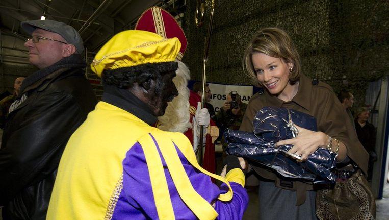 Zwarte piet en Sinterklaas op bezoek bij prinses Mathilde van België. © EPA Beeld