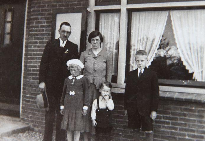 Deze foto uit 1938 is gemaakt voor het huis aan de Kerkstraat 217 in Gaanderen. Links is vader Bernard Tersteeg met moeder Anna Tersteeg Kleinhesselink, daarvoor Christien van de Boom met hoedje, broer Bennie Tersteeg en pleegbroer Bennie Jansen.