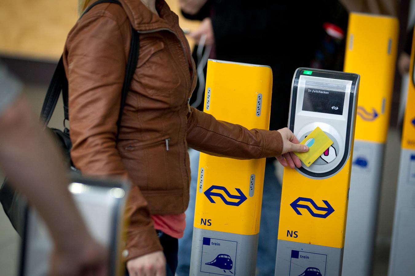 Een reiziger checkt uit met OV-chipkaart, foto ter illustratie.