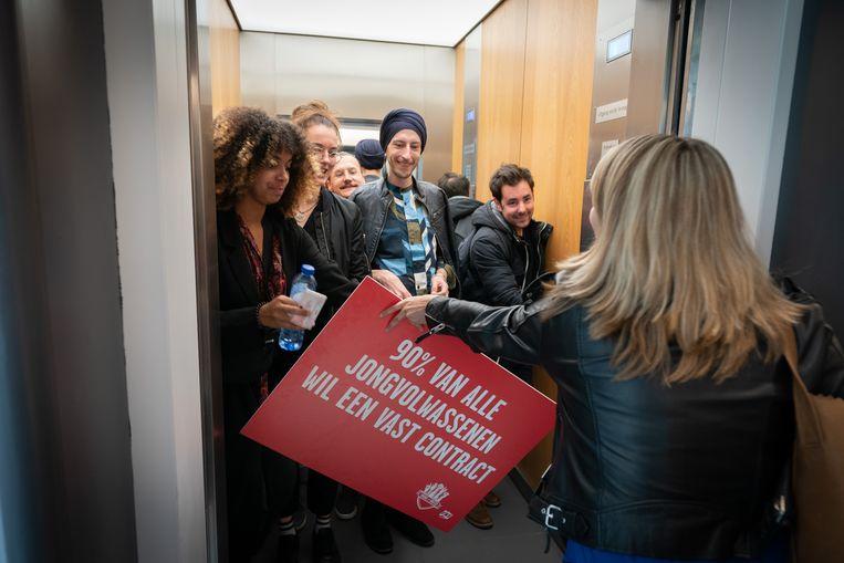 Jongeren van FNV Young & United in de lift van het Ministerie van Sociale Zaken en Werkgelegenheid.  Beeld MARTIJN BEEKMAN