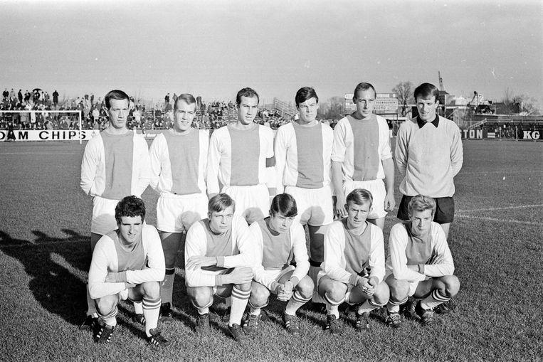 Het elftal van De Volewijckers voor een duel tegen Vitesse in 1967. Co Adriaanse is de tweede van links op de voorste rij. Beeld ANP