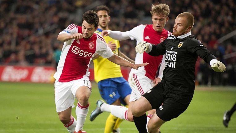 Amin Younes van Ajax gaat scoren. Beeld anp