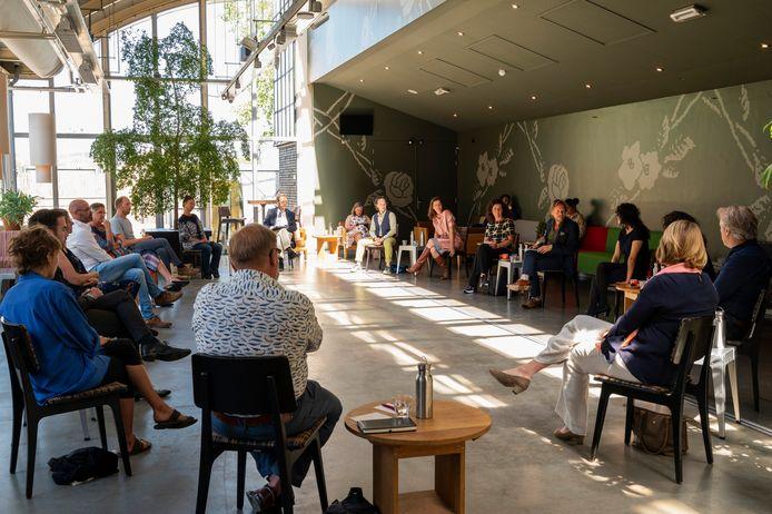 Kunstenaars, bestuurders en vertegenwoordigers van culturele instellingen uit Brabant in gesprek met Van Engelshoven.