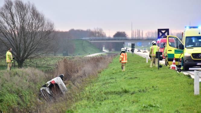 Gecrashte auto in diepe gracht langs A19: van inzittende(n) geen spoor