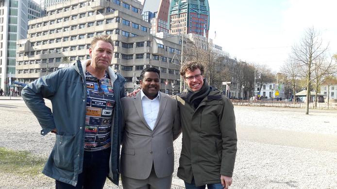 Van links naar rechts: Sjaak Bral, winnaar en bedenker van de Haagse Buidel Soes Lalai en Martijn Balster op de punt van het stuk stad tussen de stations.