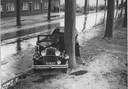 Het gladde asfalt veroorzaakte nogal vaak schuivers. Een ongeluk in 1935 op de Rijksweg Breda-Tilburg. De chauffeur uit Tilburg overleefde de klap niet.