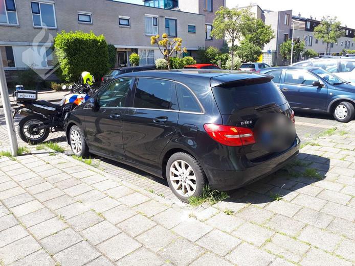 Deze mogelijk gestolen auto stond vijf weken geparkeerd op de Alphense Marokkostraat.
