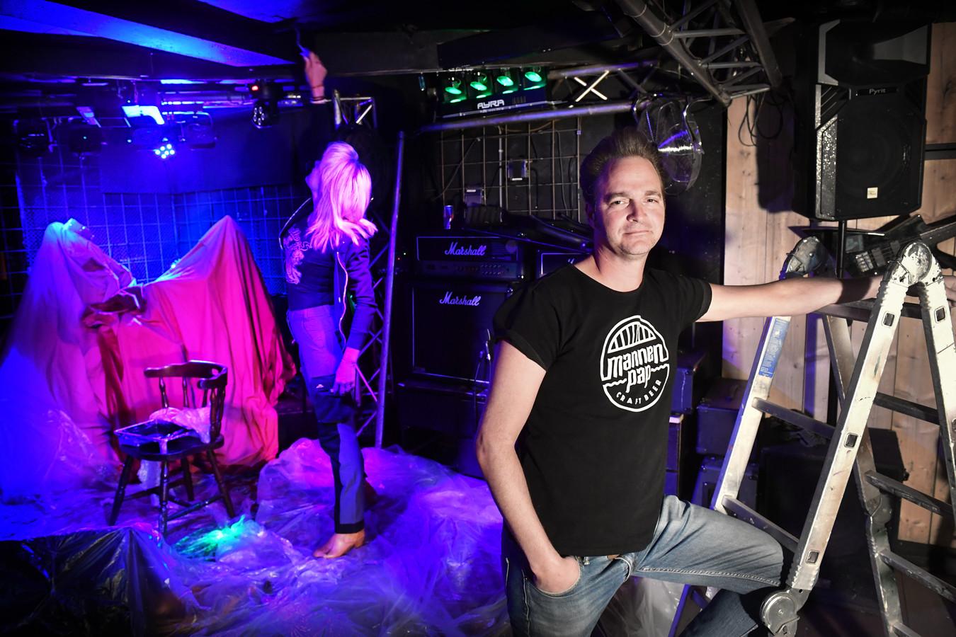 Maarten Rooijakkers van muziekcafé Dollars blijft maandag dicht. De coronaregels zijn te streng voor hem.