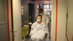"""Erik (57) verlaat als laatste coronapatiënt het ziekenhuis na 6 weken intensieve: """"De eerste dagen ga ik weer moeten leren stappen en eten"""""""