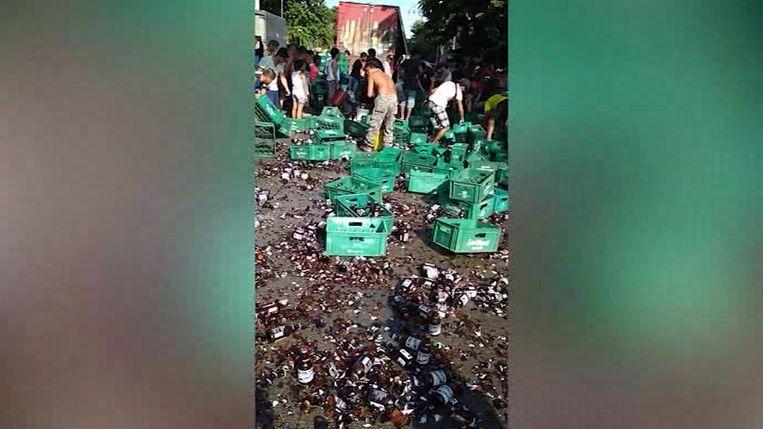 Dorstige bewoners strijden om bier dat van vrachtwagen viel