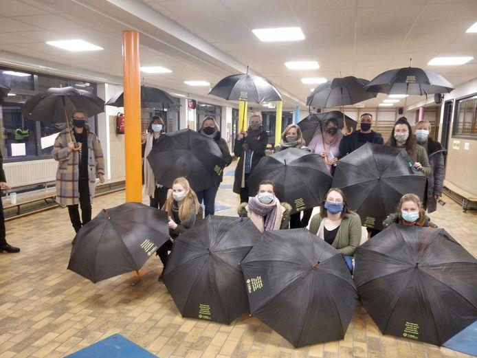 De missie van virtueel wandelen naar Rovaniemi is volbracht, dus krijgt het schoolpersoneel een paraplu met een inspirerend opschrift