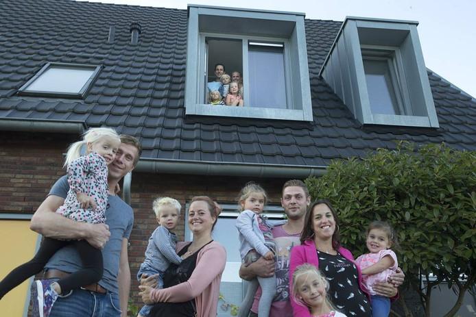 Buren van Groot Holthuizen: links het gezin Kipmulder, rechts het gezin De Lorijn, midden kijkend uit raam het gezin Jansen. Foto Theo Kock