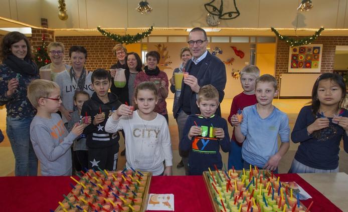 Jan Karsmakers neemt afscheid van zijn school, waar ze dat vieren met een gezonde snack.