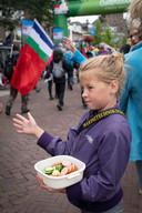 Snoepjes uitdelen aan de wandelaars: een goede traditie.