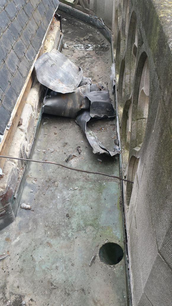 De schade in een van de goten op het dak van de Sint-Romboutskathedraal, Mechelen