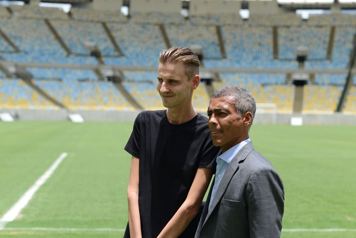 Nicky van den Eijnden ontmoet Romário in Brazilië.