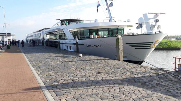 Riviercruiseschepen meren nu aan in de monding van de haven in Willemstad. De gemeente wil een nieuwe steiger oostelijk van het vestingstadje, maar daar is een groep inwoners faliekant tegen.