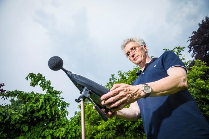 Erik Roelofsen van Stichting Geluidshinder verrichtte tijdens de belevingsvlucht metingen in Nijbroek.