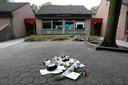 Na het spoordrama werden bloemen en knuffels neergelegd op het schoolplein van basisschool de Korenaer.