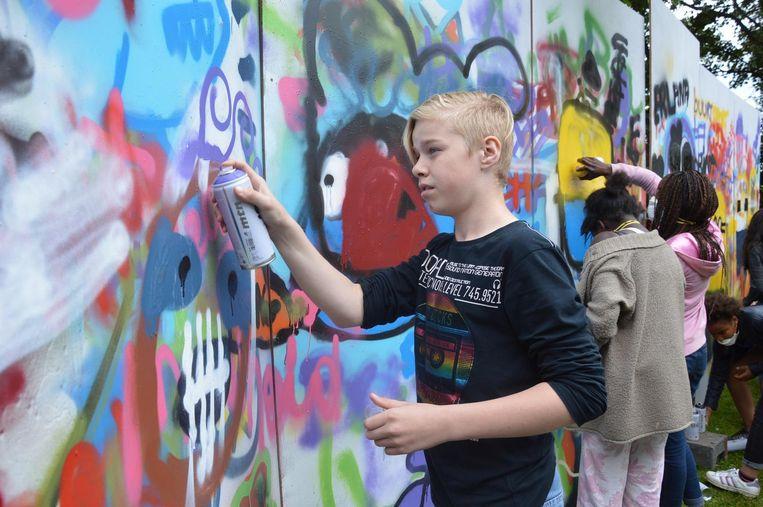 Deze jongen werkte tijdens een van de workshops met graffiti en maakt een prachtig kunstwerk.