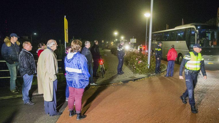 In het Drentse dorp Oranje arriveren twee bussen met vluchtelingen Beeld anp