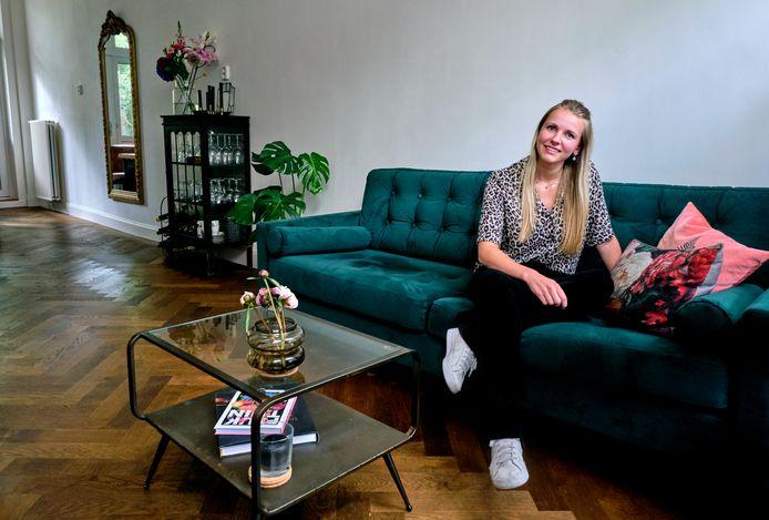 Daphne Bakker in haar huiskamer, waar je de mix tussen industriële elementen en klassieke details goed naar voren ziet komen.