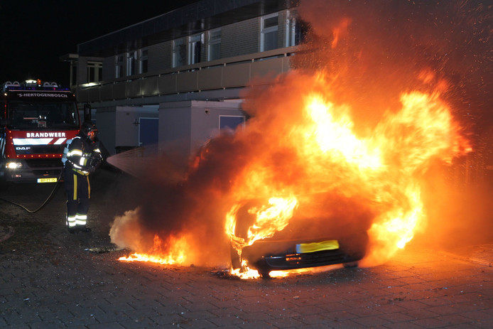 Het voertuig brandde volledig uit op straat. foto FPMB Bernt van Dongen